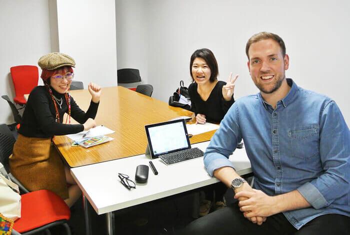 オーストラリア人男性とインドネシア人の女性がゲスト留学生
